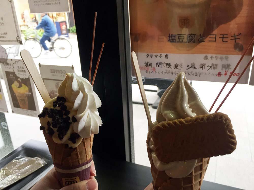 タテマチストリートの真ん中あたりにあるソフトクリームとクレープのお店「CHILL OUT \u0026 ソフトクリーム畑」。たくさんのソフトクリーム、クレープが載った看板が目印
